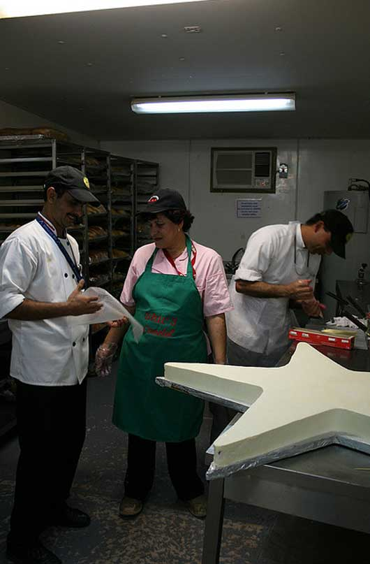 CHIEF INSTRUCTING MOOKIE ON THE PROPER FOLDING TECHNIQUE FOR A PASTRY BAG